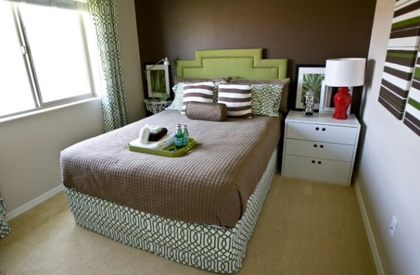 Uncluttered Small Bedroom Decorating Ideas With Brown Carpet Flooring