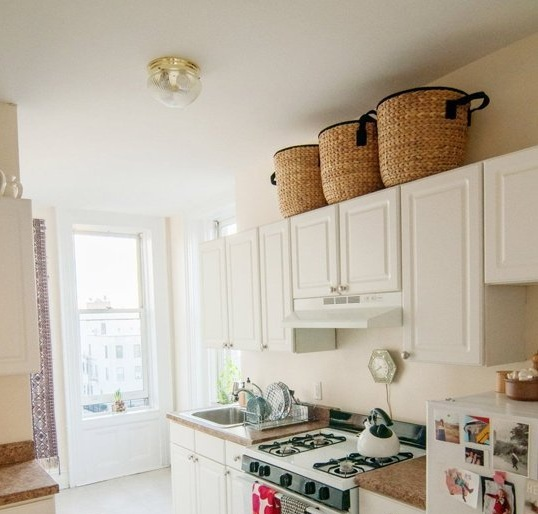Decorating above kitchen cabinets with baskets - Decolover.net