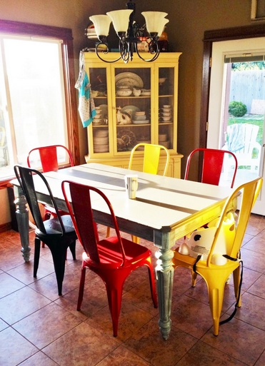 Colorful dining chairs with round glass dining table for Colorful dining chairs