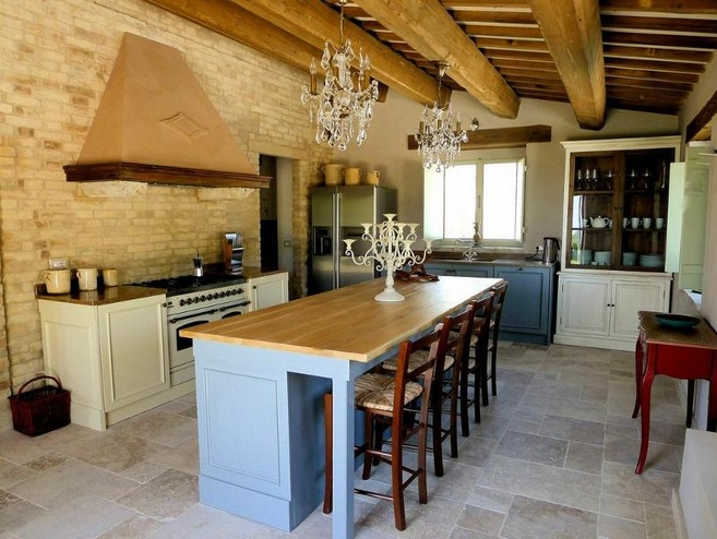 Italian Kitchen Decor With Brick Wall Tiles