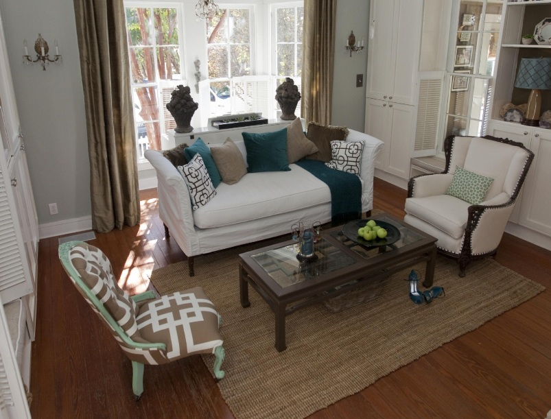 Country chic living room design with glass top table
