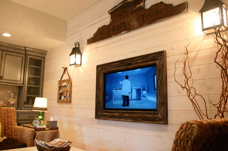 Decorating around a tv with wood plank and wall storage | Decolover.net