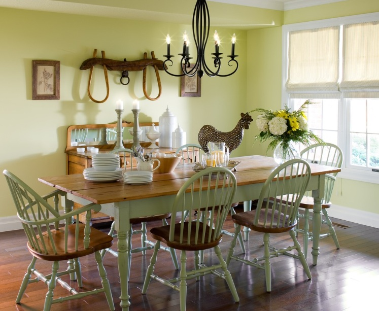 Country dining room decor with antler chandeliers for Country dining room decor