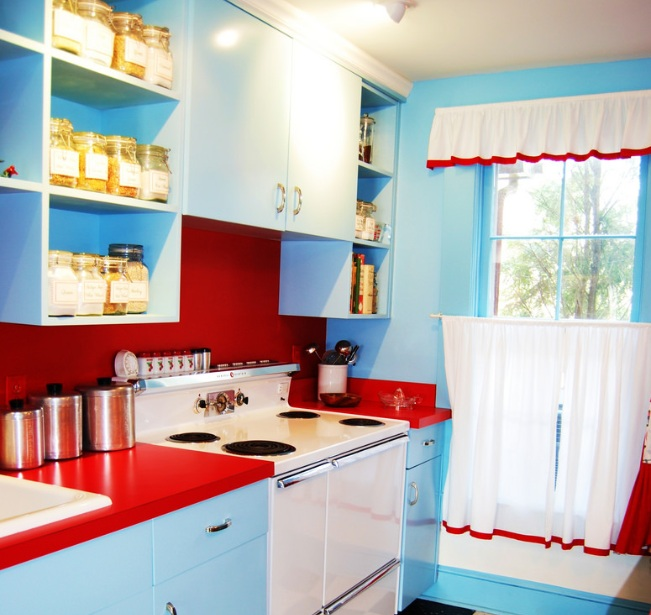 Red white and blue kitchen decor with simple curtains for Kitchen picture decor