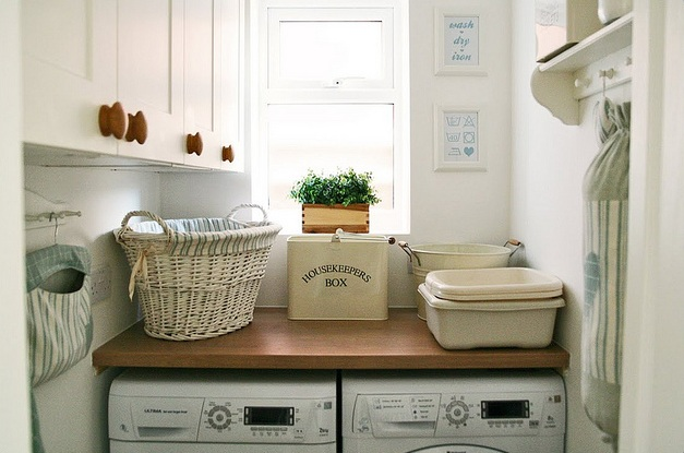 Vintage laundry room decor with vintage hamper | Decolover.net